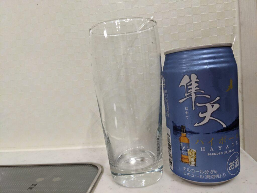 隼天(はやて)ハイボールの缶とグラス